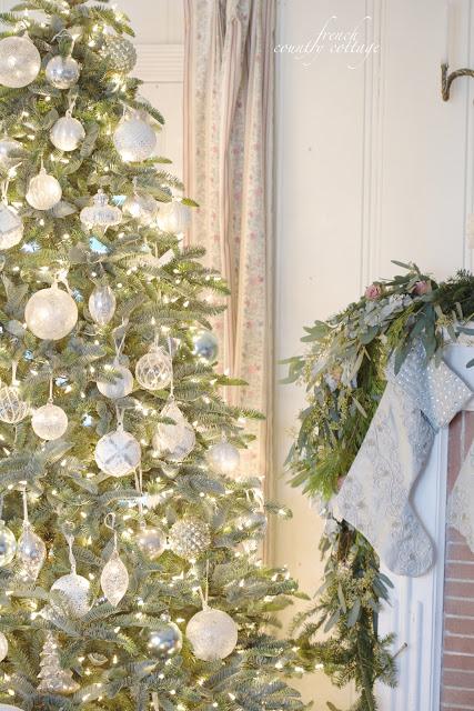 dekor/dizain-novogodnei-elki-2017-foto-v-stile-francuzskogo-kantri-provansa-7.jpg