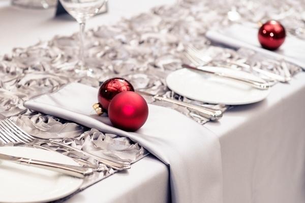 Красные новогодние игрушки в декоре праздничного стола