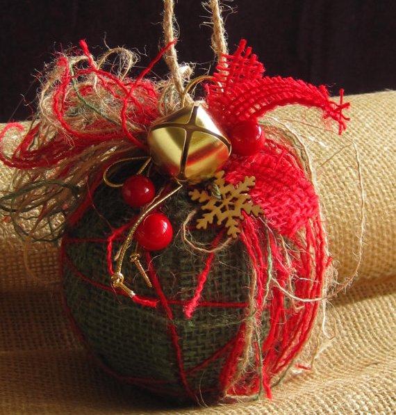 Красные новогодние игрушки из мешковины в стиле прованс