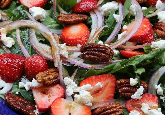 dekor/novogodnii-fruktovyi-salat-s-klubnikoi-rukkoloi-syrom.jpg
