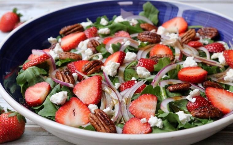 Новогодний салат с клубникой, рукколой, сыром и орехами