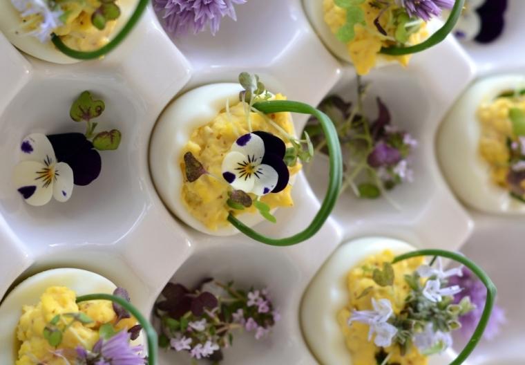 Фото-идея пасхальных мини-корзинок из яиц, цветов и зелени