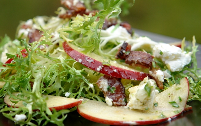 Рецепт салата на Новый год с яблоком, беконом и сыром