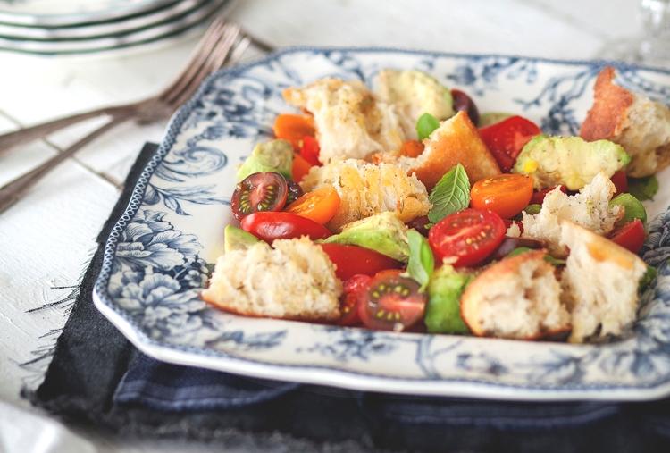 Салат прованский с черри, салатным миксом и багетом