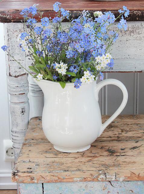 Белая ваза в стиле Прованс в виде кувшина