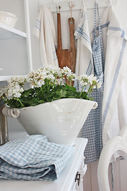 Белая фаянсовая ваза Прованс для цветов